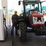 Az új traktor tankol