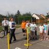 Közlekedési verseny az iskola udvarán a rendőrök segítségével